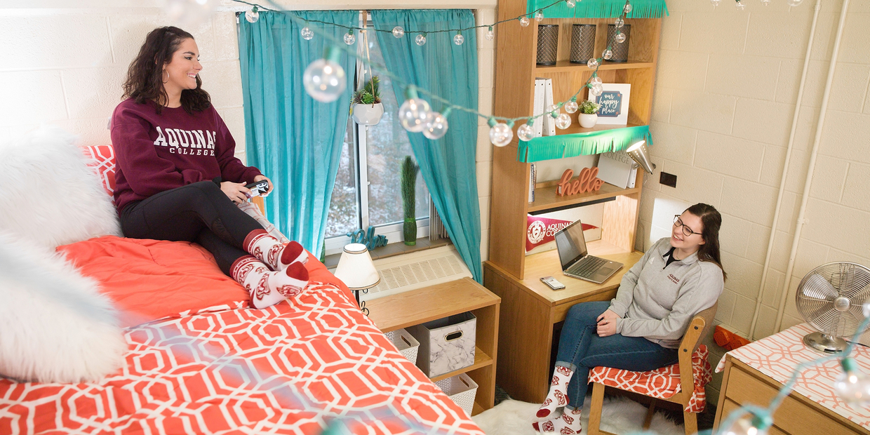 2 students in a dorm room