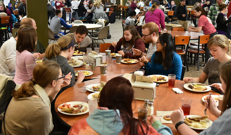 students eating in Wege
